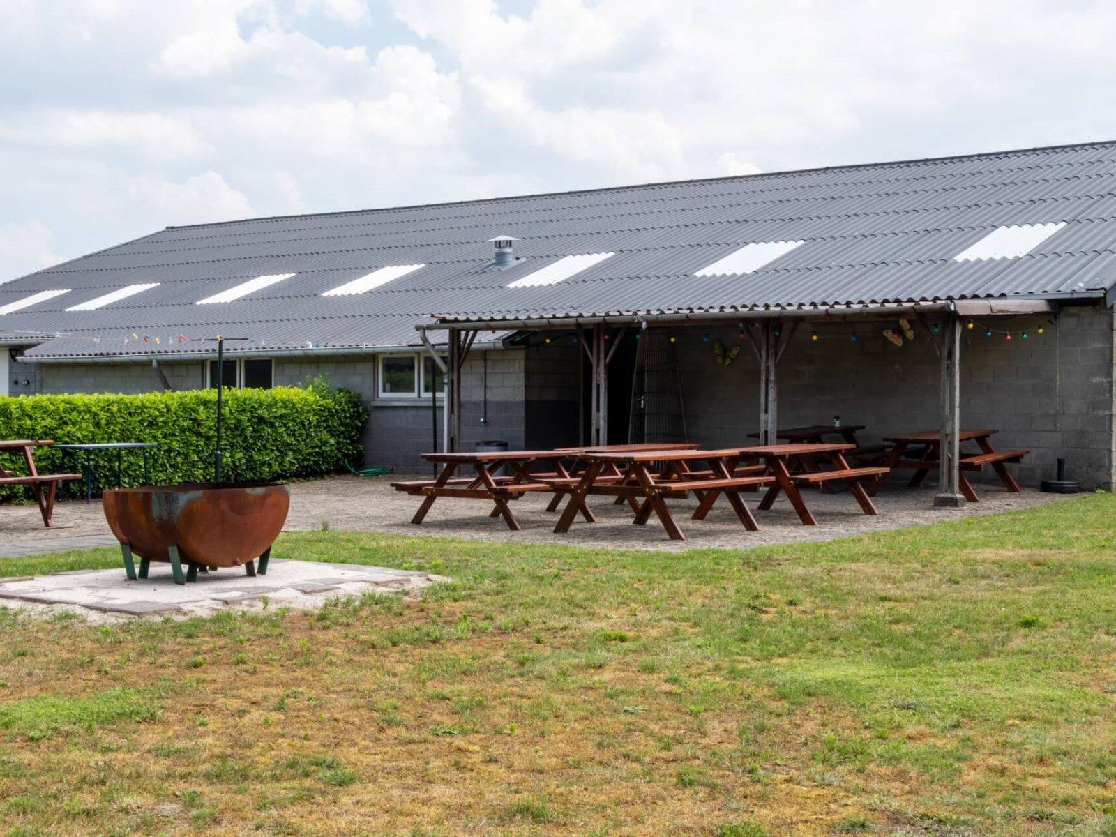 Kampeerboerderij-De-Reehoeve-Groepsaccommodatie-De-Reebok-recreatieveld-2-e1